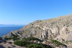 Väg till och med berget nästan havet på locket Formentor arkivbilder