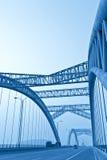 Väg till och med bron av en stad Arkivbild