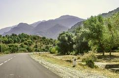 Väg till och med de pittoreska mist-täckte bergen i semesterortstaden av Dilijan Fotografering för Bildbyråer