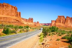 Väg till och med den berömda ärke- nationalparken, Utah, USA fotografering för bildbyråer