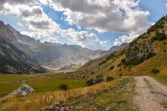Väg till och med en dal i Pyreneesna Royaltyfria Bilder