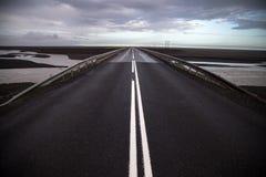 Väg till och med fält av den vulkaniska askaen i Island Royaltyfri Foto