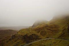 Väg till och med Misty Mountain Range i Skottland Royaltyfria Foton