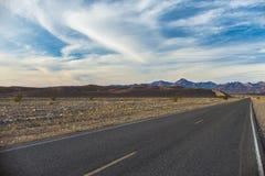 Väg till och med Mojaveöken Fotografering för Bildbyråer