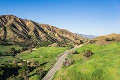 Väg till och med sydliga Kalifornien kullar Royaltyfri Foto