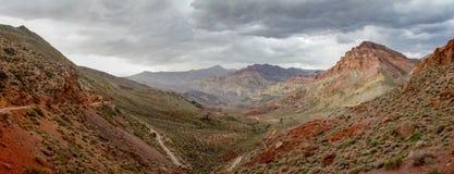 Väg till och med Titus Canyon arkivfoto