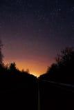 Väg till stjärnorna mellan väggen av träd Royaltyfri Fotografi