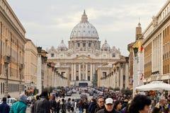 Väg till Sts Peter fyrkant i vaticanen Arkivbilder
