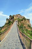Väg upp till Civita di Bagnoregio Royaltyfri Foto