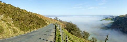 väg welsh för panorama för narrow för kullmistmorgon Fotografering för Bildbyråer