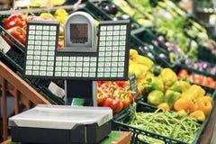 Väga skalan för frukter och grönsaker i supermarket royaltyfria bilder