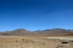Vägar dela sig i torra och karga Deosai slättar Gilgit-Baltistan Pakistan royaltyfria foton