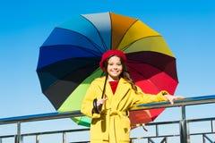 Vägar ljusnar ditt nedgånglynne Väder för nedgång för möte för långt hår för flickabarn klart med paraplyet Färgrik tillbehör för arkivfoto
