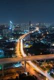 Vägar och huvudvägar i den Bangkok staden på natten i trans. royaltyfri fotografi