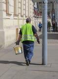 Vägarbetare med den gula målarfärghinken Fotografering för Bildbyråer