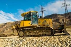 Vägarbeten med bulldozern i landet i nedgång royaltyfri foto
