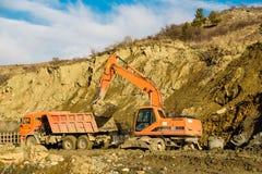 Vägarbeten med grävskopan i landet i nedgång arkivbilder
