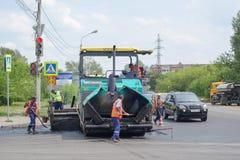 Vägarbeten på asfaltstenläggning i Omsk Royaltyfri Foto