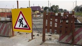Vägarbeten som varnar framåt tecknet på vägen Arkivbilder