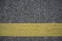 Vägasfalttextur med linjer guling Arkivbild