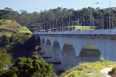 Vägbank korsning sjö i Brasilien Royaltyfria Bilder