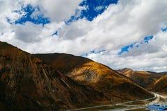 Vägberglandskap i xizangturismdrev Arkivfoto