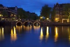 Vägbro över en Amsterdam kanal Arkivbilder