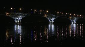Vägbro mellan städerna av Saratov och Engels, Ryssland Volgaet River Aftonljusen av bilar och gataljus lager videofilmer