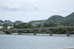 Vägbro som korsar en sjö Arkivbild