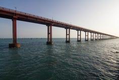 Vägbro till och med havet Arkivfoto