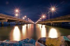 Vägbroar på natten fotografering för bildbyråer