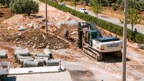 VÄGBYGGNATION Grävskopa som gräver ett dike lager videofilmer