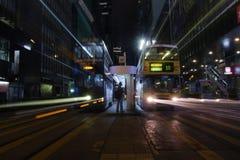 Vägcentral för Des Voeux vid natt i HK Arkivbild