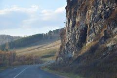 Vägen är längs en brant klippa Berg Altai Ryssland royaltyfri bild