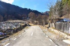Vägen avslutar på kyrkogården royaltyfri foto