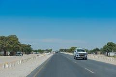 Vägen B1 mellan Grootfontein och Rundu i norden av Namibia Royaltyfri Fotografi