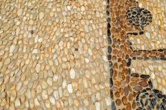 Vägen för texturstenväggen från små runda ovala stenabstrakt begrepplinjer som ut läggas, mönstrar naturlig gammal bakgrund för g royaltyfri fotografi