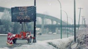 Vägen försenar tecknet på huvudvägen i snöstorm stock video