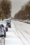 Vägen fodrade med parkerade bilar som täcktes i snö Royaltyfri Fotografi