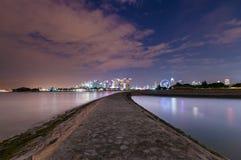 Vägen från havet som leder till den Singapore staden, beskådar framåt arkivbilder