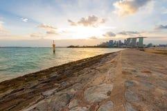 Vägen från havet som leder till den Singapore staden, beskådar framåt royaltyfri bild