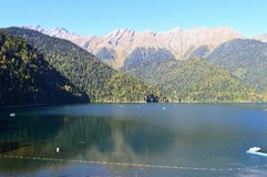 Vägen går till och med klyftan av de Kaukasus bergen Arkivfoton