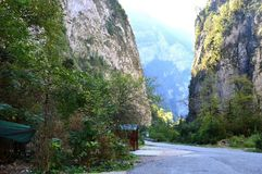 Vägen går till och med klyftan av de Kaukasus bergen arkivfoto