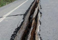 Vägen har sprickor i Thailand Arkivfoto