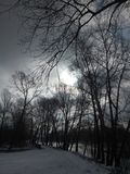 Vägen i byn längs kusten med den för en tid sedan stupade snön royaltyfri fotografi