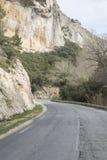 Vägen i Haute Alpes, Luberon parkerar den utvändiga Lourmarin byn som är pro- Arkivfoto