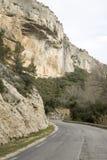 Vägen i Haute Alpes, Luberon parkerar den utvändiga Lourmarin byn som är pro- Arkivbild