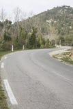 Vägen i Haute Alpes, Luberon parkerar den utvändiga Lourmarin byn som är pro- Royaltyfria Bilder