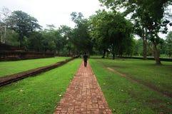 Vägen i Kamphaeng historiska Phet parkerar Aranyik område Royaltyfri Bild