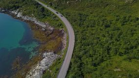 Vägen längs kusten av fjorden arkivfilmer